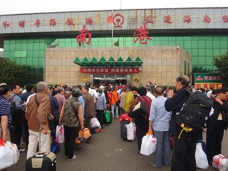 排队进入粤海铁路南港码头